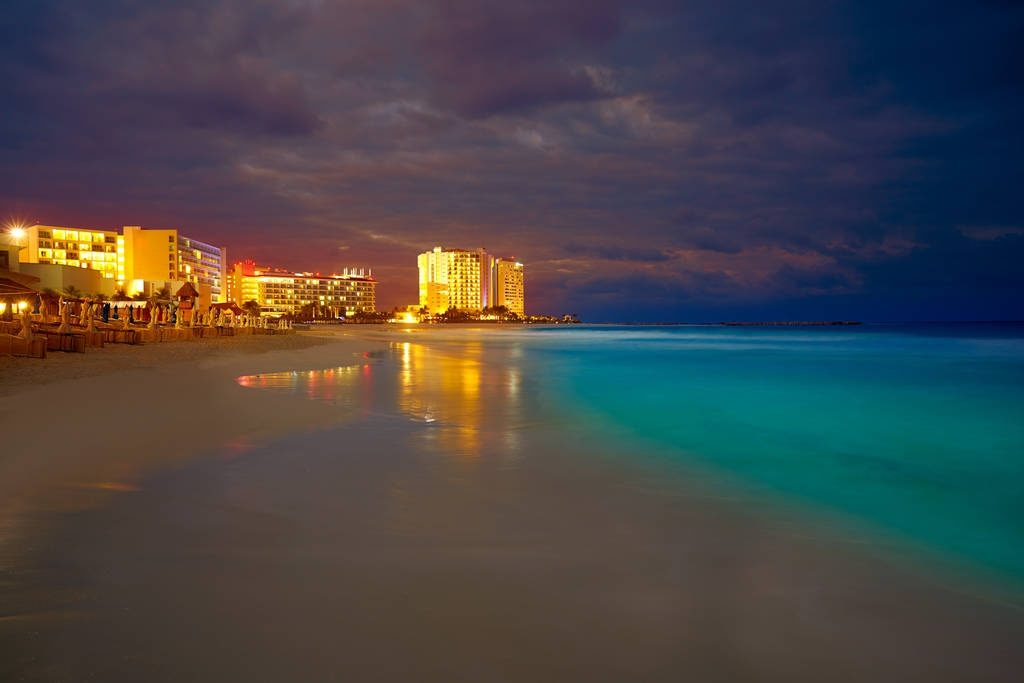 Conoce las Mejores Playas Públicas en Cancún. Playa Forum Noche